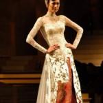 Hot figure Kebaya Anne Avantie Modern Trends 2012